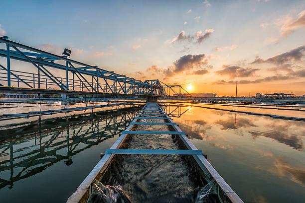 Wasseraufbereitungsanlage bei Sonnenaufgang – Foto