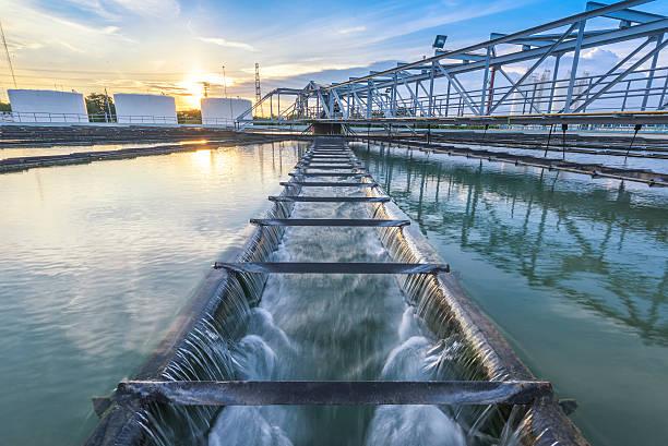 impianto di trattamento acqua al tramonto - struttura edile foto e immagini stock