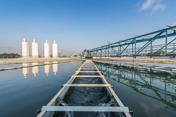 Wasseraufbereitungsanlage mit blauem Himmel – Foto