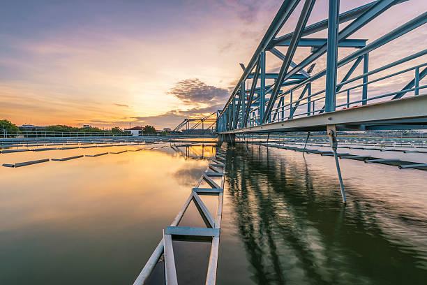 Wasseraufbereitungsanlage mit Sonnenaufgang – Foto
