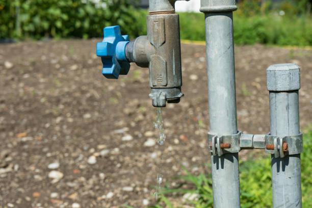 ventil-wasserleitung mit fließendem wasser im garten heiß - leitungswasser trinken stock-fotos und bilder