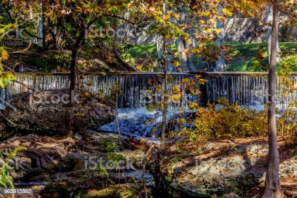 Водопад И Красивая Осенняя Листва На Реке Гваделупа Штат Техас — стоковые фотографии и другие картинки Bald Cypress Tree