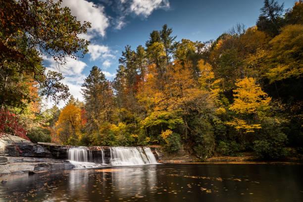 cascada en un bosque en colores de otoño - foto de stock