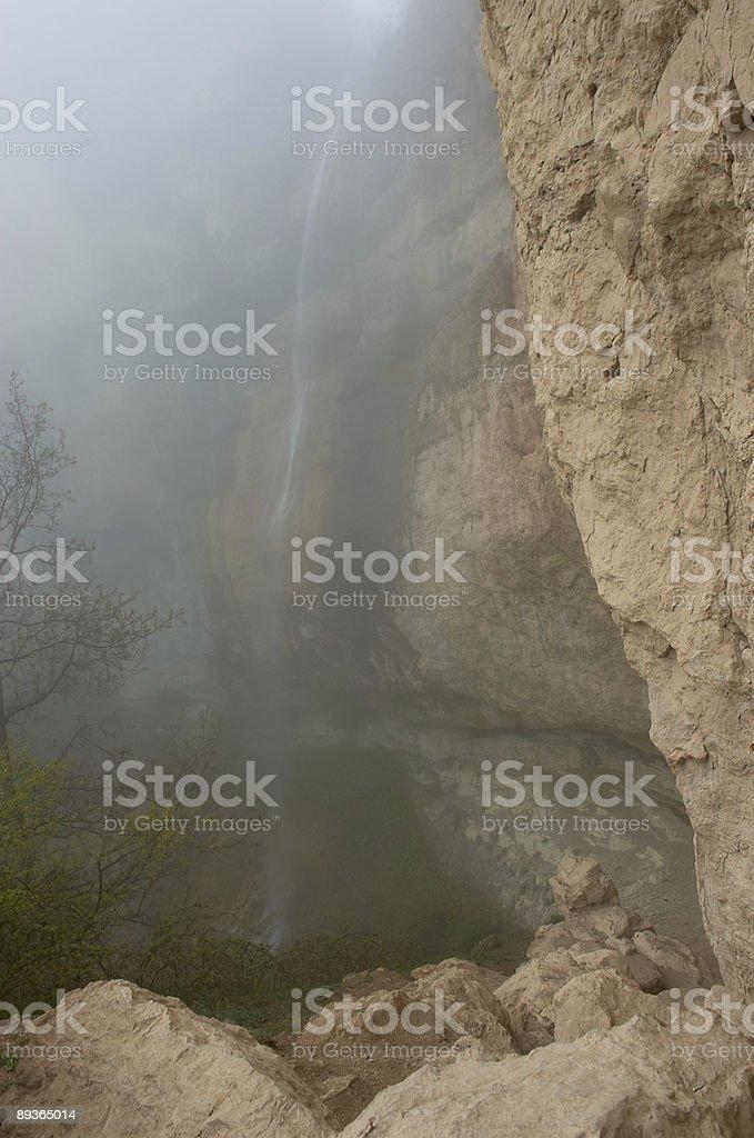 Cascade dans le brouillard photo libre de droits