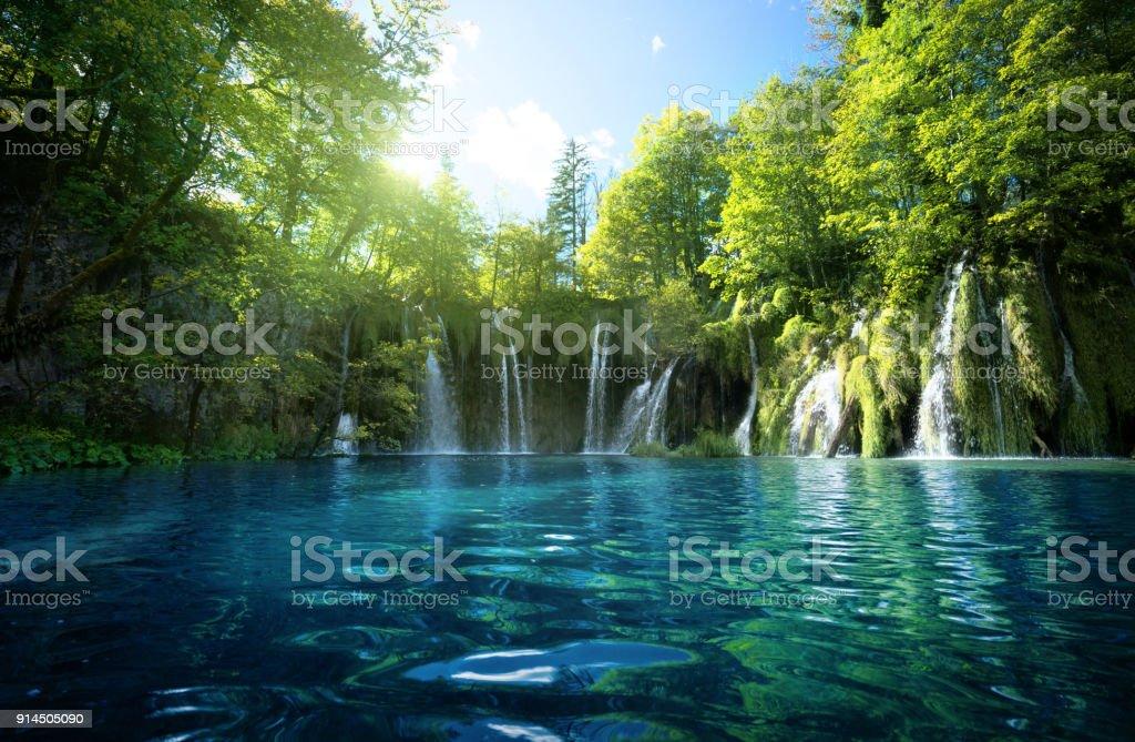 Wasserfall im Wald, Plitvicer Seen, Kroatien – Foto