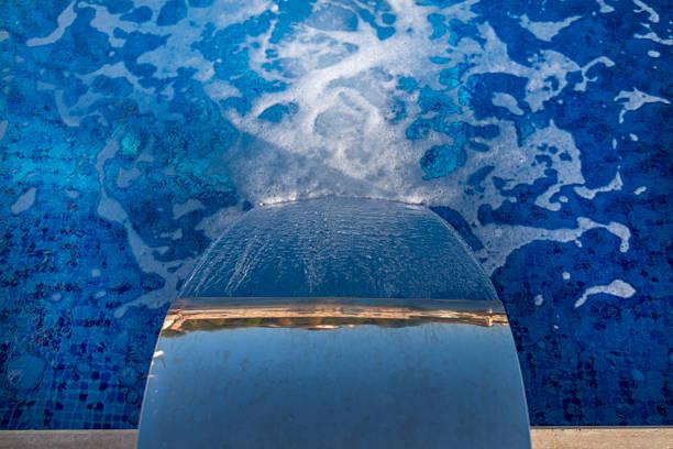 wasserfall jet in aktion - indoor wasserbrunnen stock-fotos und bilder