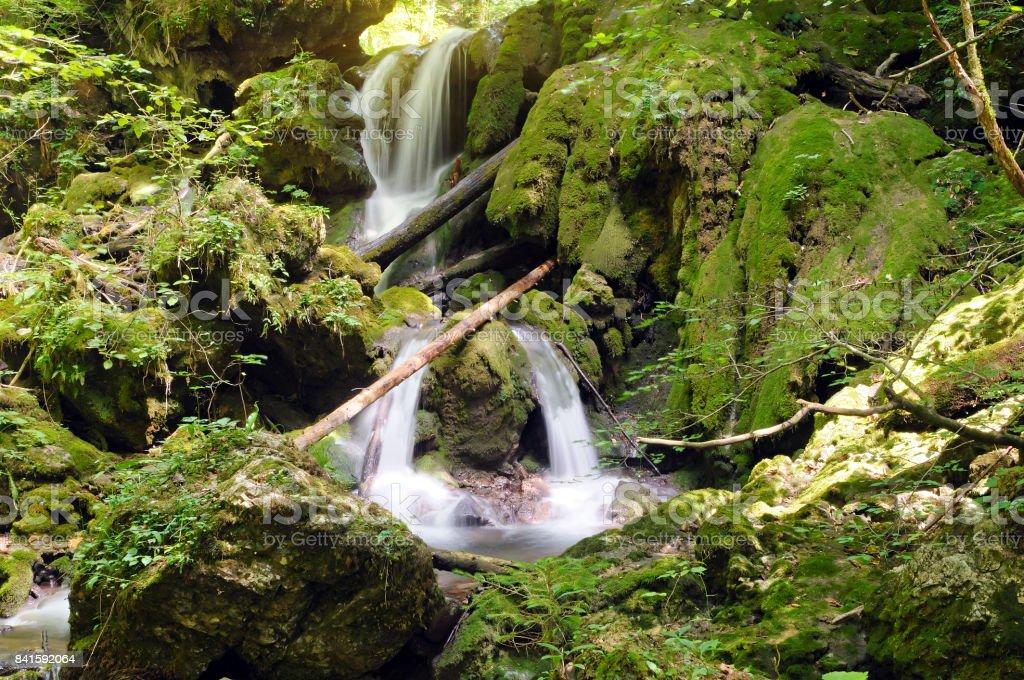 Wasserfall aus Tuffstein gefertigt – Foto