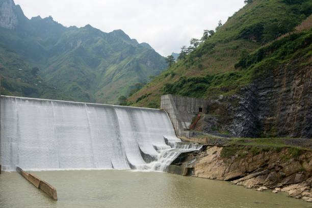 Wasserfall des Wasserkraftwerks Nho Que River – Foto