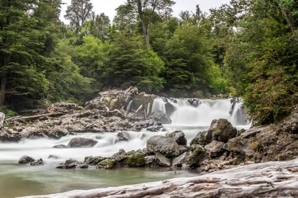 Wasserfall der Los Novios im Nationalpark Puyehue im chilenischen Patagonien – Foto