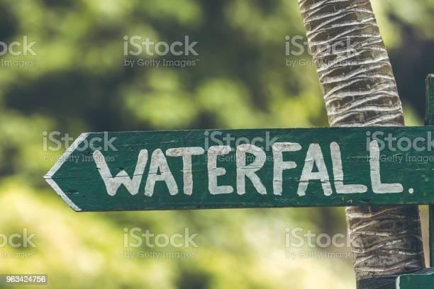 Znak Wodospadu W Dżungli Wyspy Bali - zdjęcia stockowe i więcej obrazów Brązowy