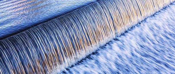 워터풀 저수시설 러싱 over 댐 - 댐 뉴스 사진 이미지