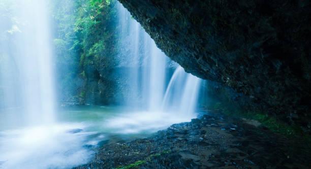 chutes d'eau derrière la falaise - source naturelle photos et images de collection