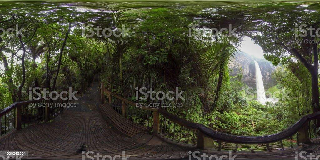 360 VR-8K-Wasserfälle im Wald – Foto