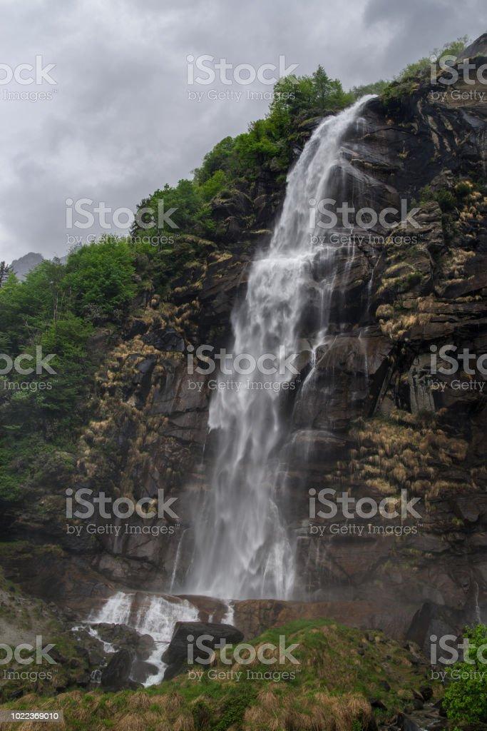 Waterfalls of Acquafraggia, Borgonuovo di Piuro, Sondrio, Bregaglia valley, Lombardy, Italy 2:3 - Стоковые фото Без людей роялти-фри
