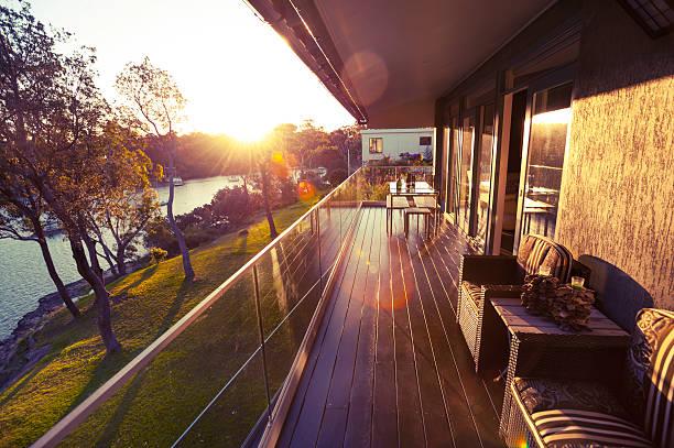 waterfront house balkon - terrassen deck design stock-fotos und bilder
