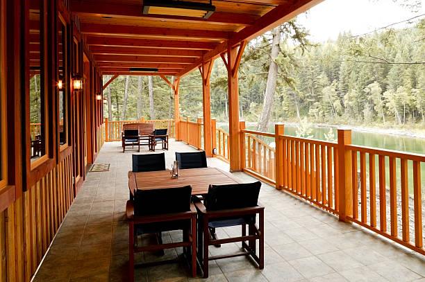 waterfront haus veranda back porch - veranda decke stock-fotos und bilder