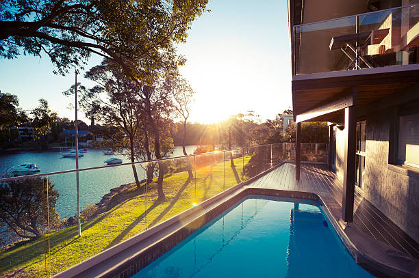 waterfront haus mit swimmingpool - terrassen deck design stock-fotos und bilder