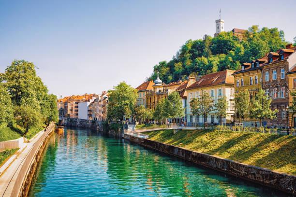 waterfront of ljubljanica river and old castle ljubljana slovenia - słowenia zdjęcia i obrazy z banku zdjęć
