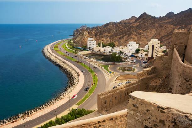 Uferstraße unter der Corniche Mutrah in Muscat mit Autos – Foto