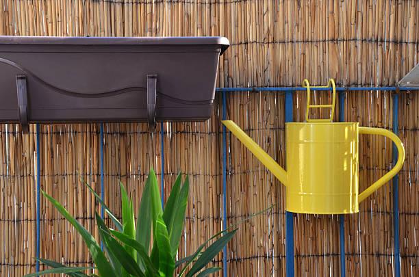 Regadera Pon balcón baranda, frontera en fondo de bambú - foto de stock
