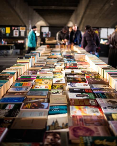 buchmarkt waterloo bridge (london, vereinigtes königreich 2017) - gebrauchte bücher verkaufen stock-fotos und bilder
