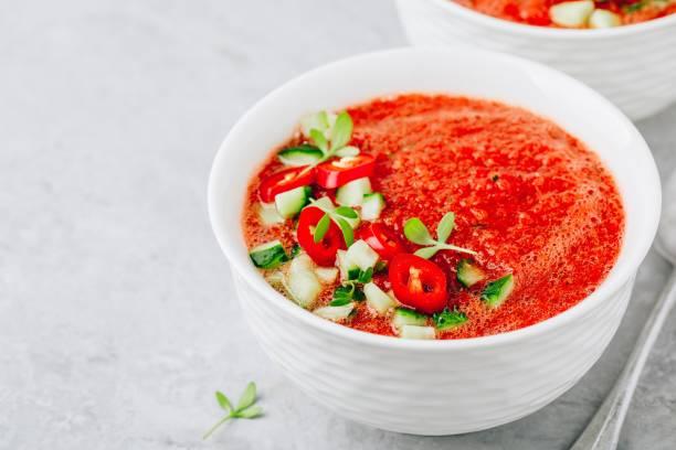 Melancia e Gazpacho de tomate em tigelas brancas. - foto de acervo