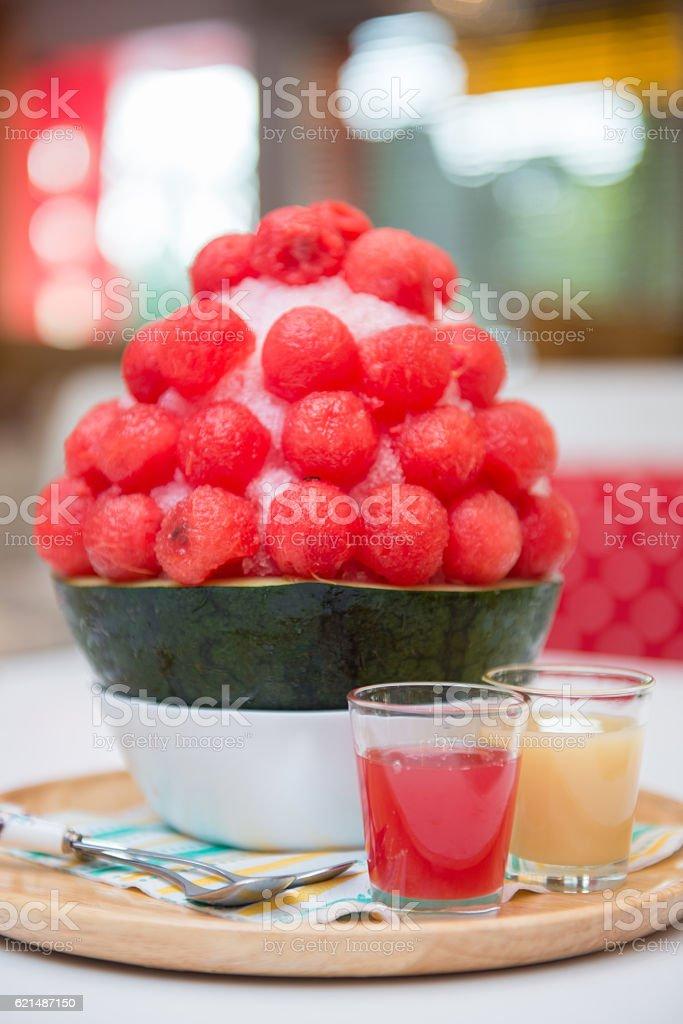 watermelon bingsu dessert on tray Lizenzfreies stock-foto