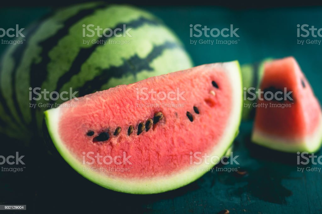 Wassermelone auf dem dunklen Holz bei schwachem Licht Tür – Foto