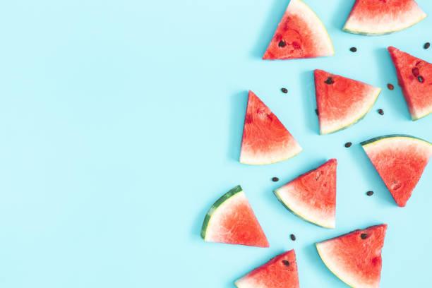 watermeloen patroon. rode watermeloen op blauwe achtergrond. zomer concept. platte lay, bovenaanzicht, kopieerruimte - summer background stockfoto's en -beelden