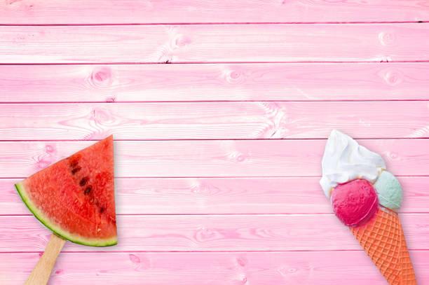 Wassermelone Pappel und Eiskegel auf rosa Planken Hintergrund mit Kopierplatz, Sommerkonzept – Foto