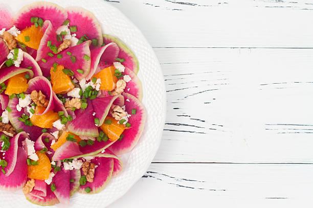 wassermelone rettich, orange und ziegenkäse-carpaccio-salat - carpaccio salat stock-fotos und bilder