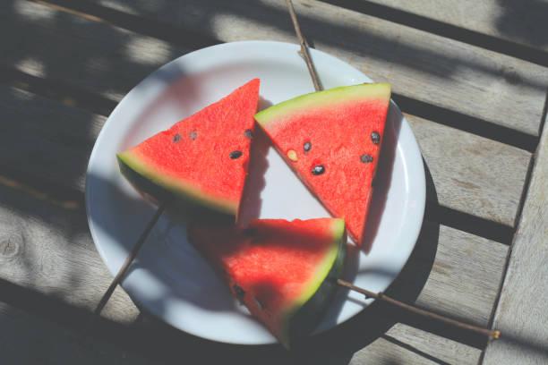 Watermelon refresh under grapevine shadow – zdjęcie