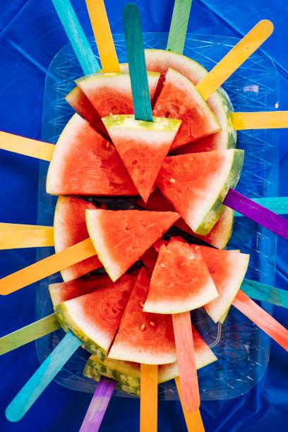 wassermelone-sticks - picknick tisch kühler stock-fotos und bilder