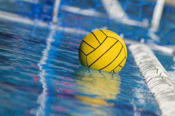 pelota de waterpolo - water polo fotografías e imágenes de stock