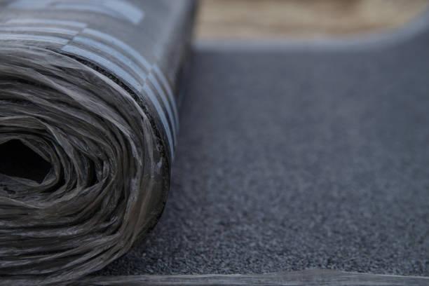 waterdichte bitumen roll bedekt met isolatiematerialen, abstracte achtergrond, close-up textuur - membraan stockfoto's en -beelden
