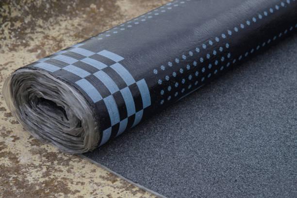 waterdichte bitumen roll bedekt met isolatiematerialen. - membraan stockfoto's en -beelden