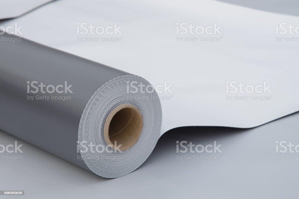 Impermeabilización y aislamiento en construcción, abierto pvc membrana rollo tumbado en primer plano de la azotea. Copiar el espacio para su texto. - foto de stock