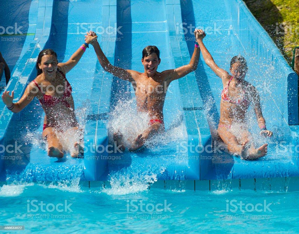 Zjeżdżalnią wodną – zdjęcie
