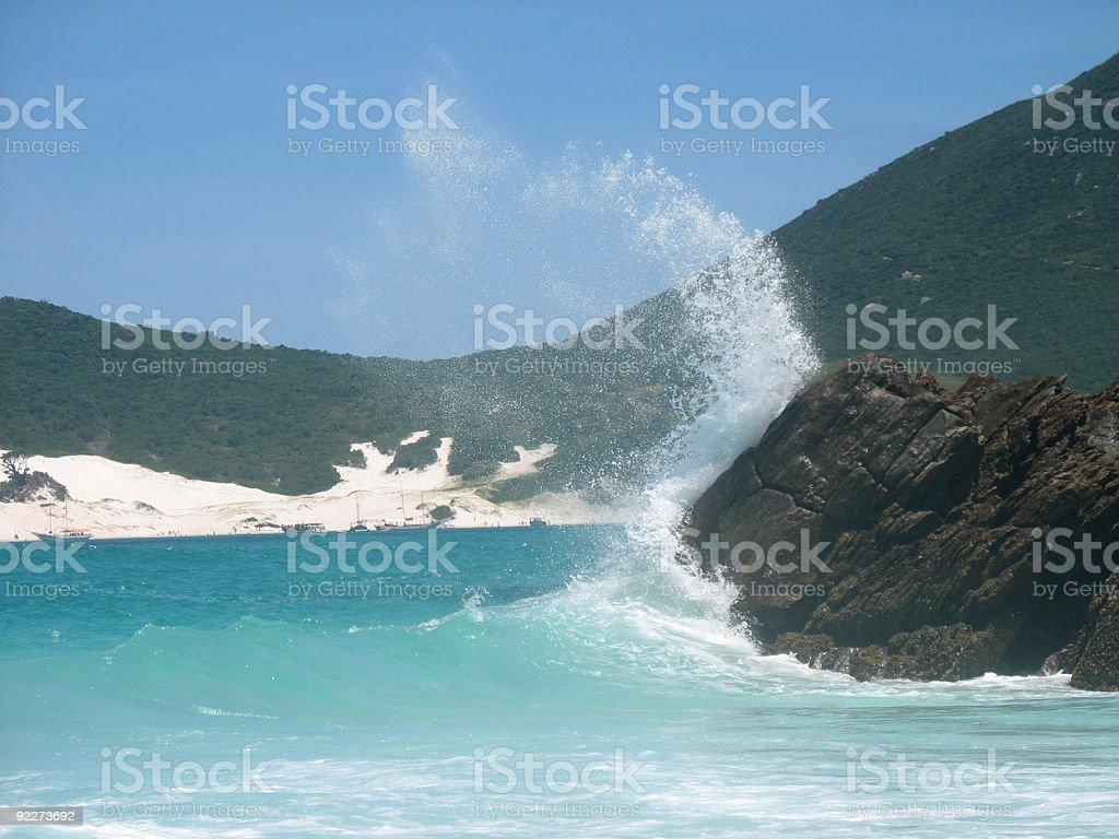 Onda quebra na rocks - foto de acervo