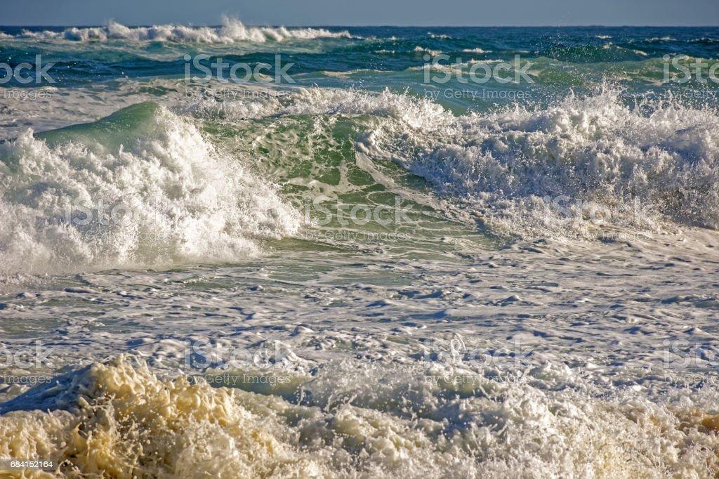 Vågor på stranden royaltyfri bildbanksbilder