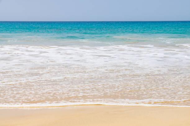 wellen brechen sich am strand von santa monica, boa vista - kapverdische inseln stock-fotos und bilder