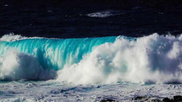 waves brechen an der küste von lanzarote, la santa. kanarische insel - roll tide stock-fotos und bilder
