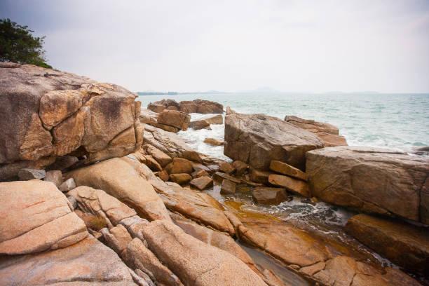Wellen stürzen auf Felsen an der Küste – Foto