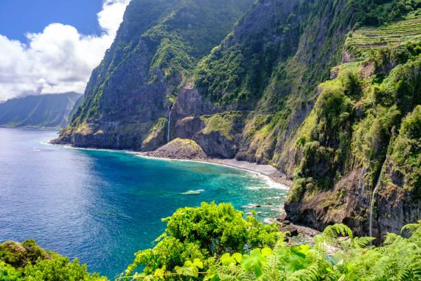 Golven raken de kust van het eiland Madeira aan de noordkust in de buurt van Seaxial foto