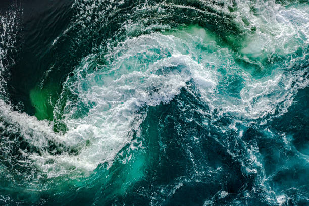 ondas de água do rio e do mar se encontram durante a maré alta e maré baixa. - escorrer - fotografias e filmes do acervo