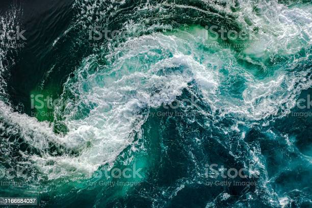Photo of Waves of water of the river and the sea meet each other during high tide and low tide.