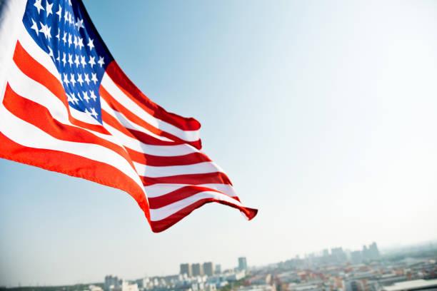 amerikanische flagge winken und gebäude - horizontal gestreiften vorhängen stock-fotos und bilder