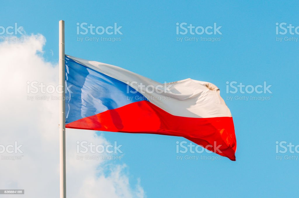 Agitando la colorida bandera de República Checa en cielo azul - foto de stock