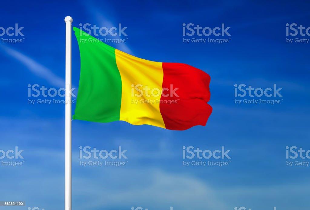 Bandeira do Mali sobre o fundo de céu azul - foto de acervo