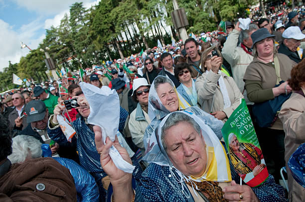winken zum papst portugal - papst benedikt xvi stock-fotos und bilder